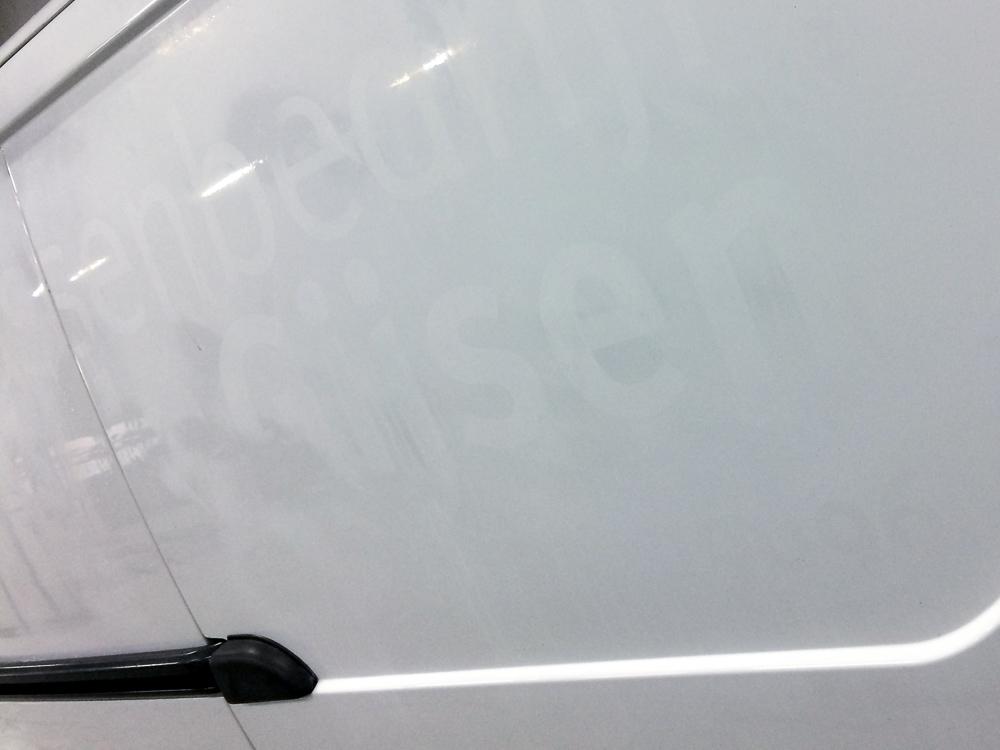 Autobelettering nog zichtbaar in de autolak